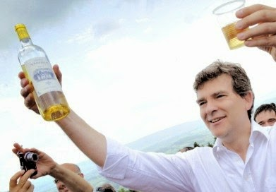 Montebourg trinque bouteille à la main